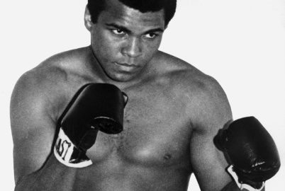 photo datée des années 60 de l'ancien champion du monde de boxe dans la catégorie des poids lourds, Mohammed Ali (Cassius Clay). Mohammed Ali devint champion olympique des poids mi-lourds en 1960 puis champion du monde poids lourds pour la première fois en février 1964 contre Sonny Liston. Picture dated from the 60's of the U.S. boxing champion Cassius Clay (Muhammad Ali), who got the Olympic middle heavyweight gold meadal in 1960 in Rome, aged 18, and got the professional world heavyweight title for the first time in February 1964 against Sonny Liston. (Photo credit should read -/AFP/Getty Images)